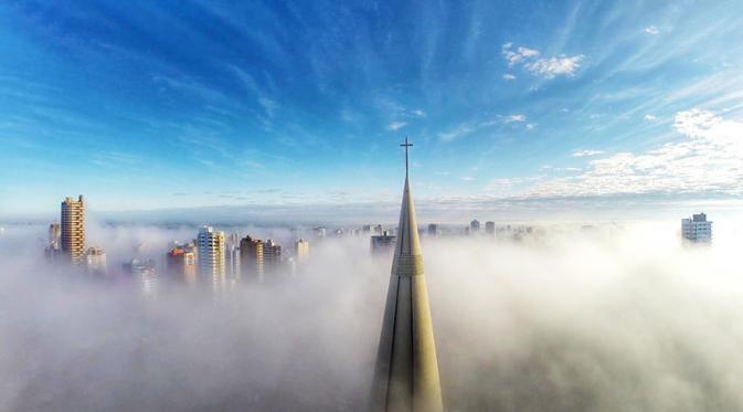 Maringa, Parana, Brasil Wah..keren banget, melihat gambar ini kita seperti ikut berjalan di atas awan. Bisa dibayangin nggak seberapa tingginya bangunan-bangunan ini??