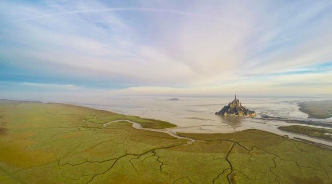 Mont Saint Michel, In Normandie, Perancis Dari kejahan bangunan ini terlihat seperti rumah pasir ya Pulsker. Padahal itu adalah banguan bernama Mont Saint Michel tepatnya di Perancis.