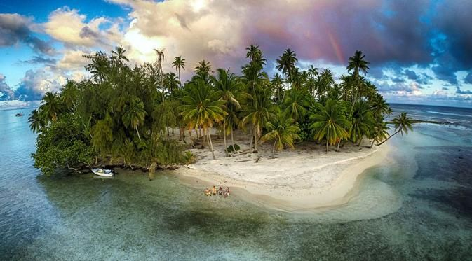 Lost Island, Tahaa, Polinesia Perancis Yey..akhirnya kita melihat pemandangan pantai biru lengkap dengan pulaunya yang pasirnya putih bersih. Pengen deh kapan-kapan liburan kesana.