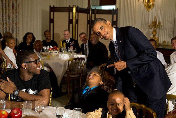 Tidur di depan Presiden Obama. Mungkin tidur karna ga ngerti Obama lagi ngomong apa, atau emang karna ngantuk aja. Untuk Presiden Obama ga marah ya.
