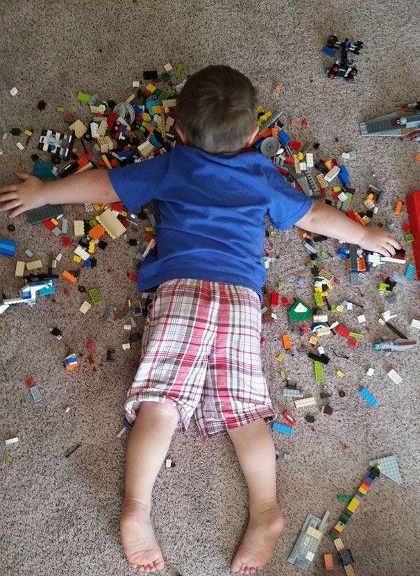 Tidur di atas Lego. Disuruh ibu bersihin mainan Lego-nya eh malah ngantuk dan tertidur di atasnya. Ga sakit apa ya tidur di atas Lego?