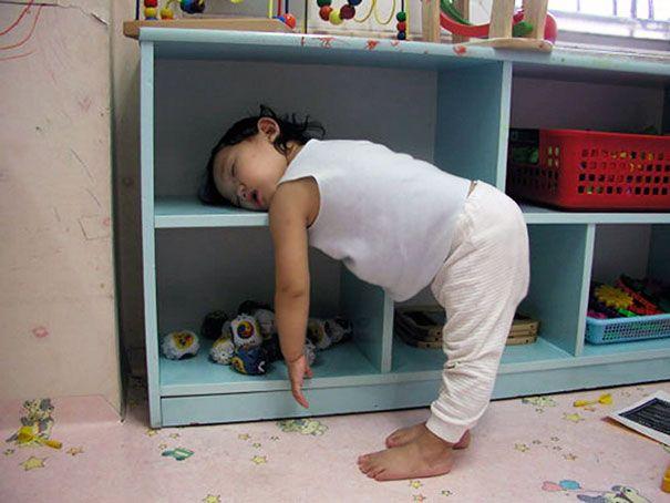 Tidur di rak. Mau ngambil atau ngembaliin mainan eh ngantuk, yauda deh tidur bersandar ke rak.
