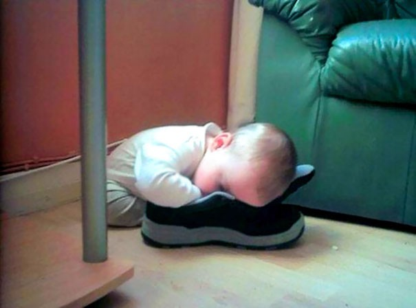Tidur di dalam sepatu. Lagi mainan sepatu ayah eh ngantuk, jadi ketiduran di sepatu ayah. Untung sepatunya ga bau ya jadi bisa tidur nyenyak.