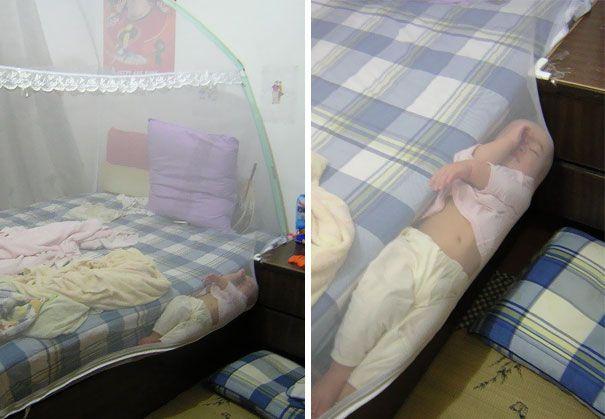 Tidur di pinggir kasur. Lagi tidur di kasur terus guling-guling sampe pinggir, untung ga jatuh.