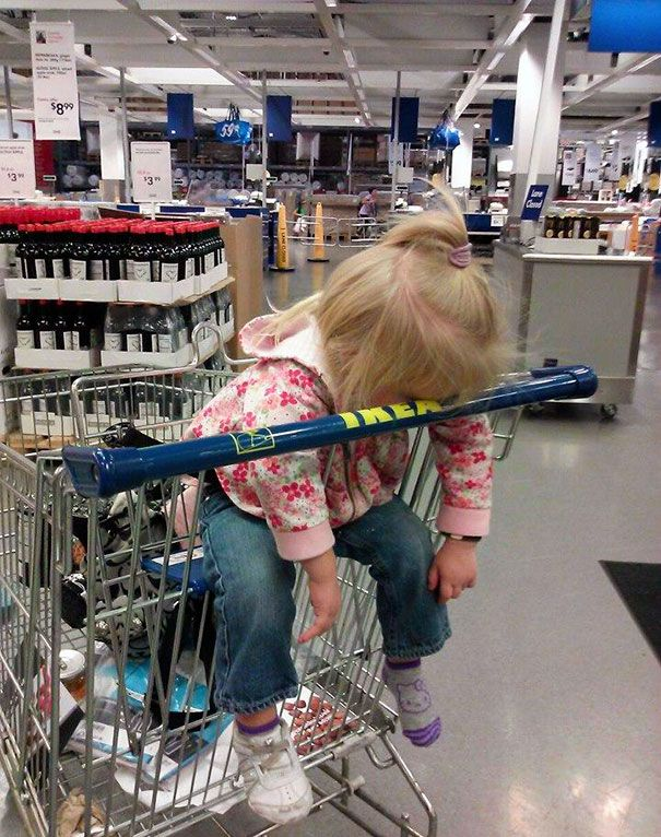 Tidur di IKEA. Lagi ngantuk tetep aja diajakin ikut, yaudah akhirnya tidur di keranjang belanja IKEA deh.