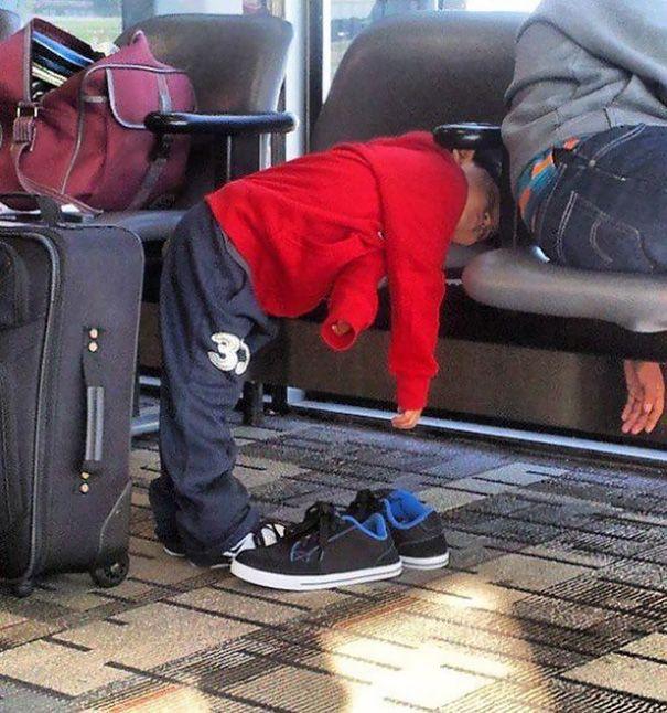 Tidur di kursi sambil setengah berdiri. Pesawatnya ga berangkat-berangkat, sampe ngantuk nih nunggunya.