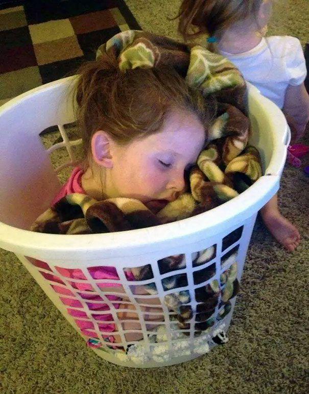 Tidur di keranjang cucian. Bantuin ibu nyuci baju, lalu capek dan ketiduran di keranjang.
