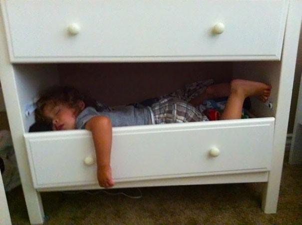 Tidur di laci. Habis bantuin ibu beresin kamar, tapi ngantuk, lalu tidur di laci.