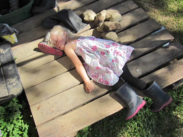 Tidur di atas sepatu bot. Habis berkebun dengan ayah, karna capek dan udah ga kuat jalan ke rumah, yaudah sepatu boot dijadiin bantal buat bobok aja.