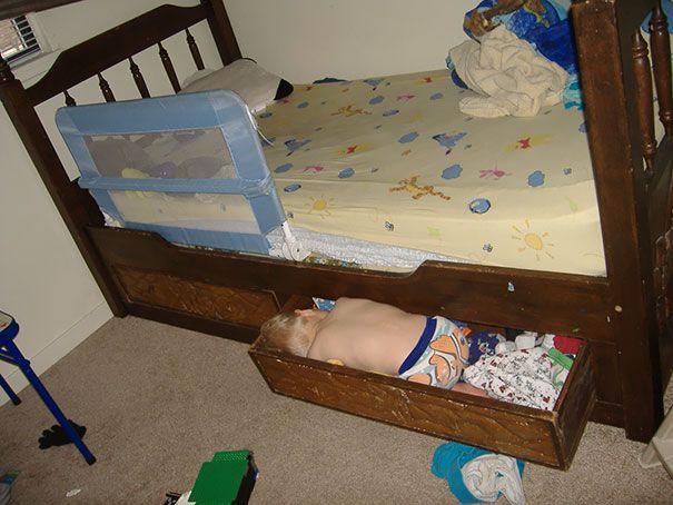 Tidur di laci bawah kasur. Antara lagi beresin laci terus ngantuk atau lagi tidur di kasur lalu jatuh ke laci.