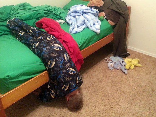 Tidur dengan posisi terbalik. Karena tidur dengan posisi terbalik sangat anti-mainstream.