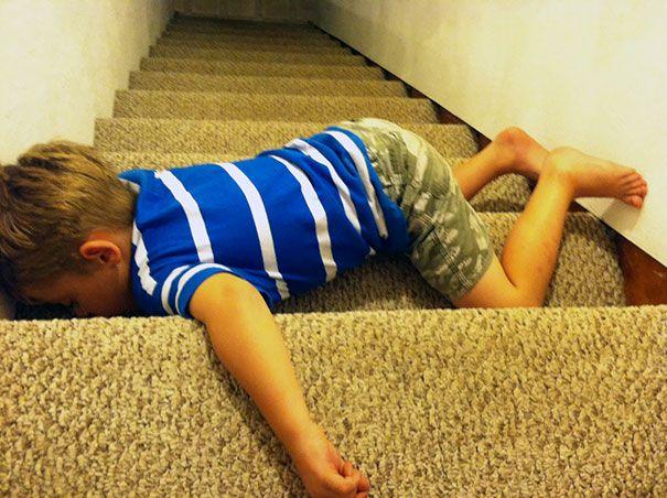 Tidur di tangga. Mungkin anak kecil ini mau naik tangga terus lelah dan tidur.