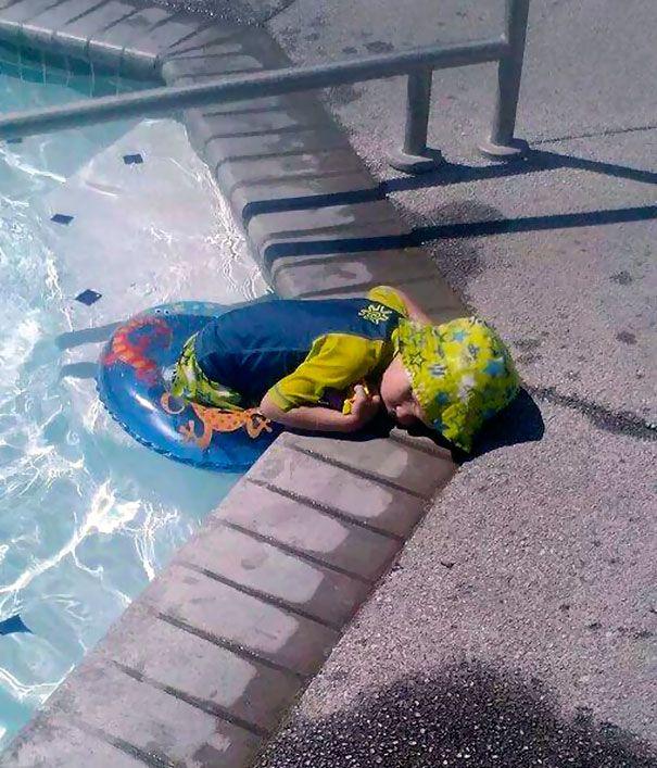 Tidur saat mau keluar dari kolam renang. Mau keluar dari kolam renang eh ngantuk dan tidur.
