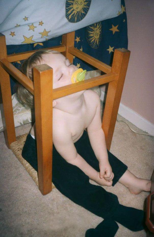 Tidur di kursi yang terbalik. Mau tidur di kasur tapi jauh, yaudah tidur di tempat yang ada aja deh.
