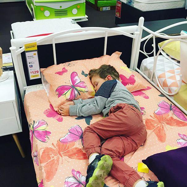 Tidur di toko furniture. Diajak ayah ibu keliling toko furniture sampe capek dan ngantuk, akhirnya tidur di kasur yang disediakan deh.