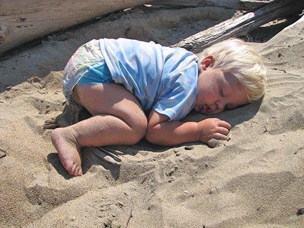 Tidur di pasir pantai. Pasir pantainya ga panas apa ya? Lucu ya anak-anak kecil ini bisa tidur di mana saja. Mana nih yang paling lucu? Jangan lupa share ke keluarga kamu juga ya Pulsker.