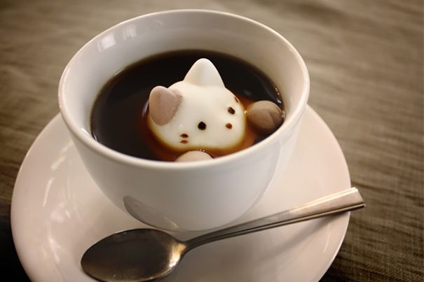 Marshmallow untuk Kopi Ternyata di Jepang marshmallow dimakan bersama kopi juga Pulsker. Biar lucu, marshmallow-nya dibentuk seperti kucing yang sedang mengendap-endap di kopi.