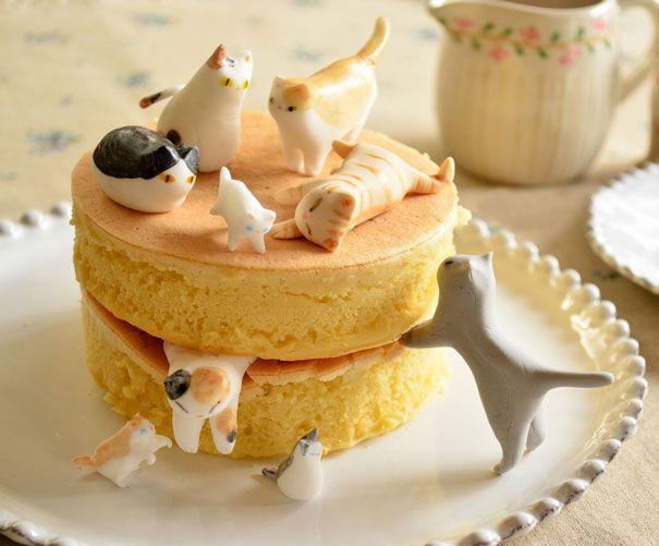 Roti Kue Biar kuenya ga terlalu polos, akhirnya ditambahin permen kucing-kucing yang lucu banget posisinya!