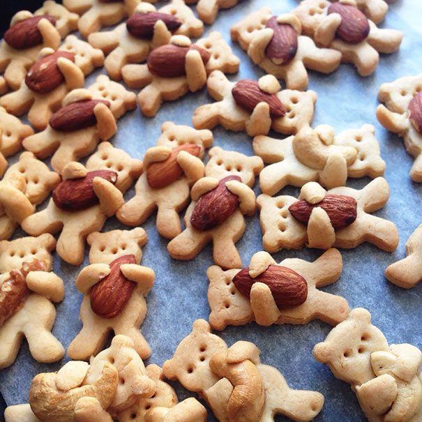 Kue Beruang Memeluk Kacang Lucu banget kan beruangnya dibuat seolah-oleh lagi memeluk kacang.