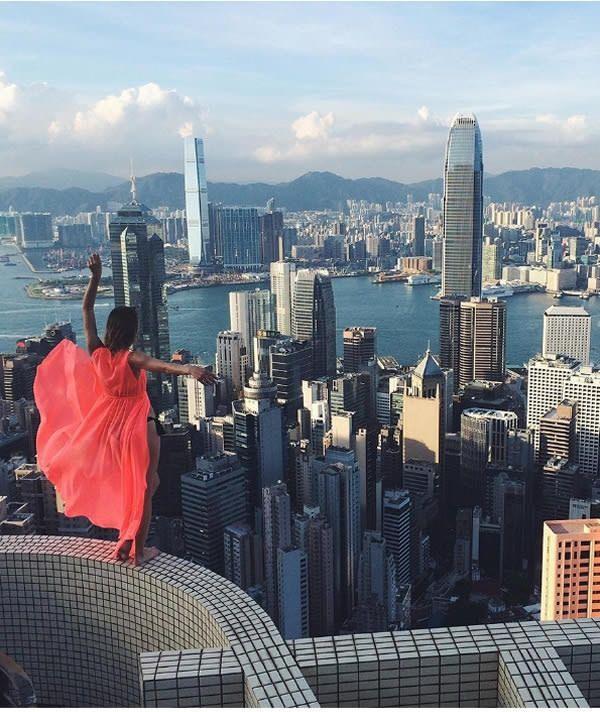 Mbak bule ini hobi banget berdiri di puncak gedung pencakar langit.