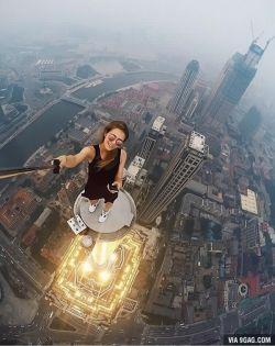 WOW! Cewek Ini Selfie di Atas Gedung Pencakar Langit!