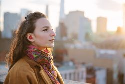 WOW, Perangkat Telinga Ini Bisa Menerjemahkan Bahasa Asing Secara Langsung!