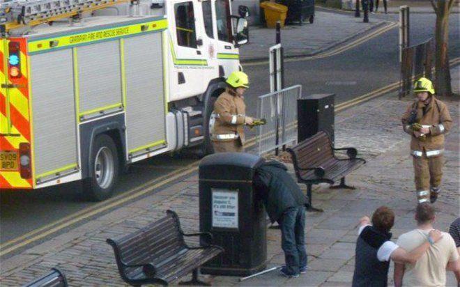 Coba pikirin, kira-kira apa yang dicari oleh pria ini sampai-sampai kepalanya masuk ke kotak itu.