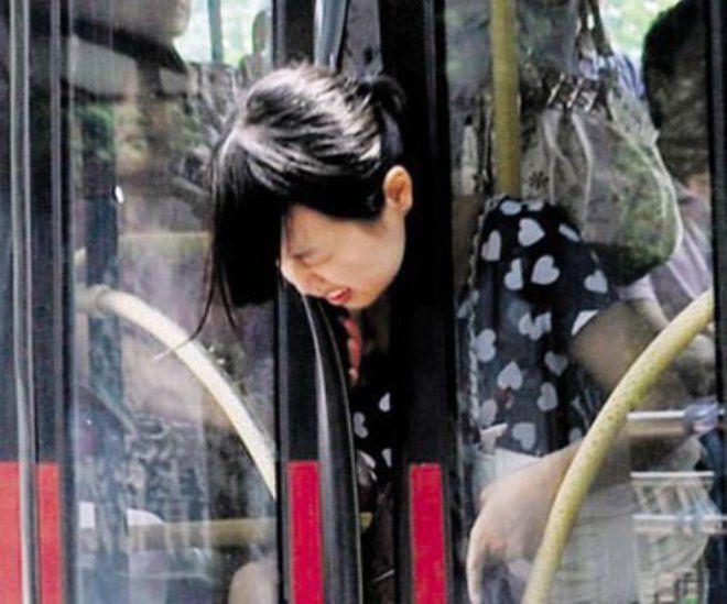 Nah lho, kalau yang ini apes banget. Kayanya wanita ini lagi mau keluar dari bis tapi pas banget sama pintu yang menutup otomatis.