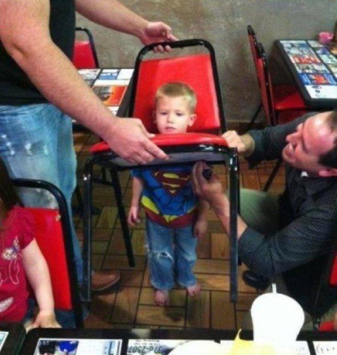 Nah lho, lagian mainnya sembarangan sih, akhirnya kepala Superman ini nyangkut deh di kursi besi.