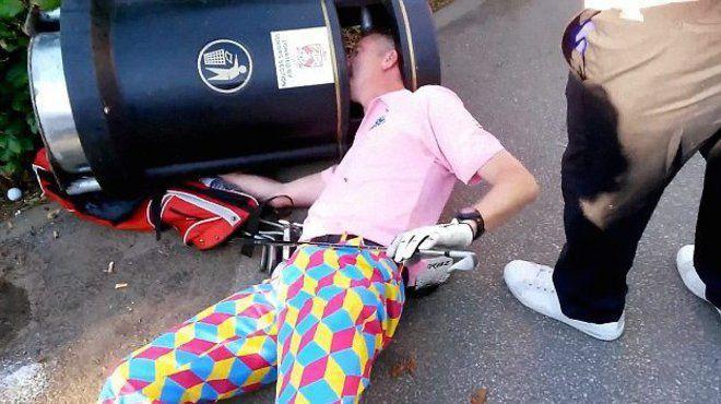 Kecelakaan yang bikin malu sekaligus sakit nih. Kok bisa ya kepalanya nyangkut di bak sampah..Pasti bau banget deh!