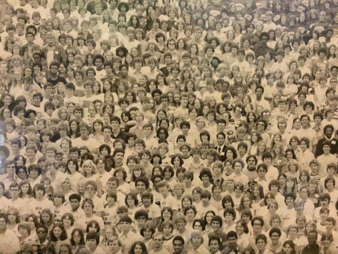 Hayo coba temuin panda di antara kerumunan orang ini. Gimana hasilnya Pulsker? Ketemu semua ga? Coba tantangin keluarga dan temen-temen kamu dengan share artikel ini yaa.