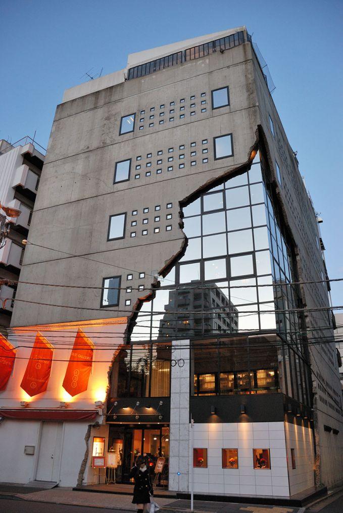 Galeri Ebisu East, Shibuya Gedungnya seperti tercabik yaa Puslker, padahal memang dibikin seperti itu.