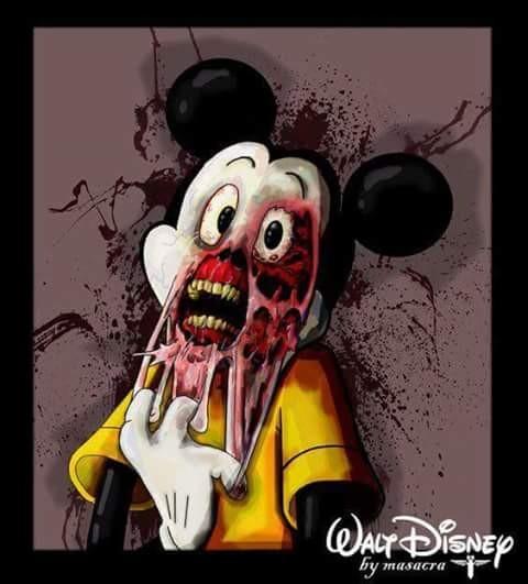 Nah lo, si Mickey Mouse kenapa jadi gini ya?. Wajahnya yang lucu dan menggemaskan kini berubah menjadi menyeramkan begini. Dengan wajah yang terkoyak seperti ini membuatnya nampak seperti zombie yang sedang menakut-nakuti siapa saja.