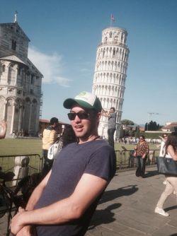 Kocak! Pria Ini Ngusilin Orang-orang yang Lagi Berfoto di Menara Pisa