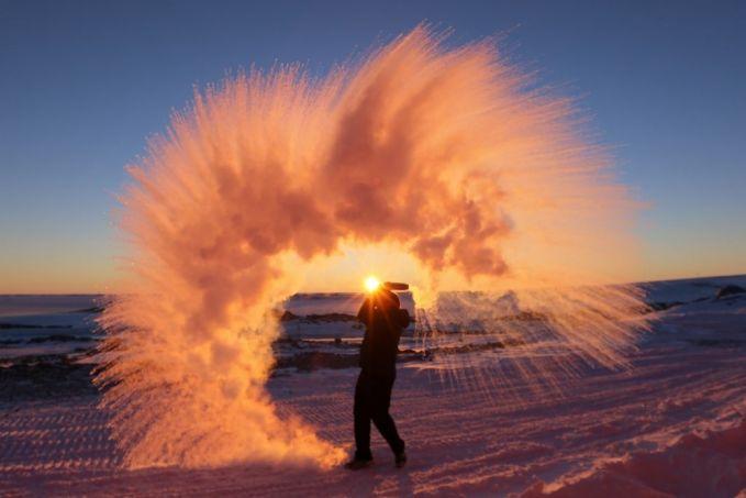 Ini yang terjadi saat kamu melempar teh panas ke udara di Artik. Bisa gitu ya Pulsker..Bisa bayangin nggak dinginnya kaya gimana disana.