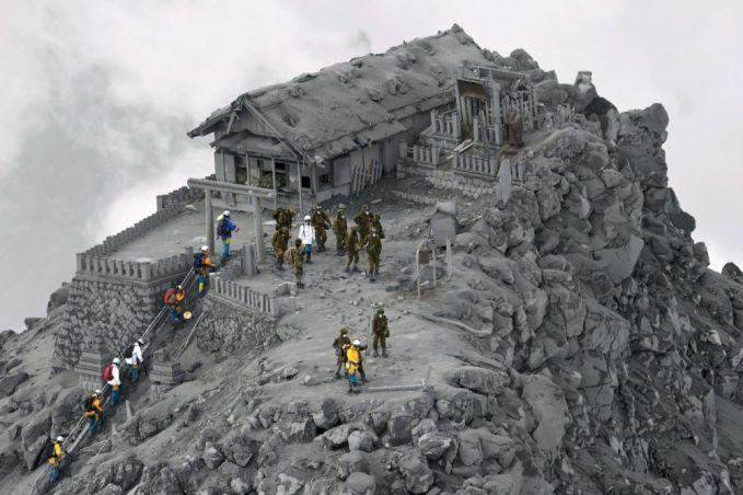 Ini bukan foto hitam putih Pulsker, ini adalah kuil yang tertutup abu vulkanik dari gunung Ontake di Jepang.