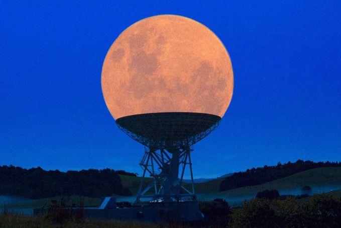Perfect moment, sebuah foto yang diambil saat gerhana bulan diatas radio teleskop.