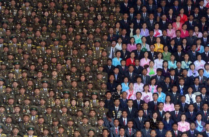 Foto ini diambil pada saat perayaan ulang tahun ke 100 dari kelahiran Kim II-Sung yaitu pendiri Korea Utara. Terlihat perbedaan tempat duduk antara warga sipil dengan petugas.