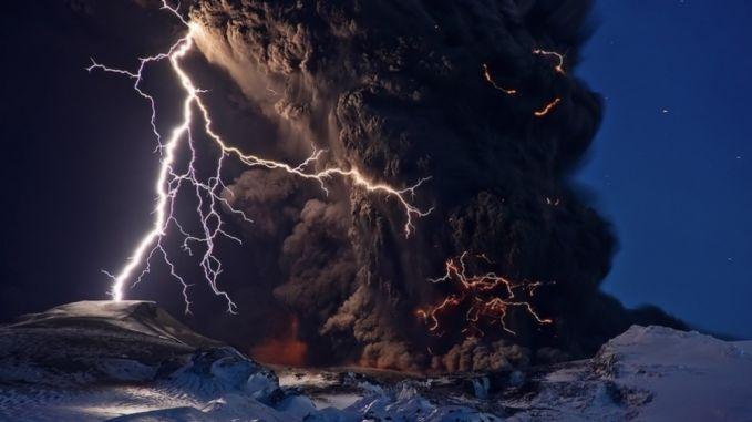 Moment menakjubkan sekaligus mengerikan ini terjadi saat letusan gunung berapi yang beradu dengan petir di Islandia. Ngerii yaa.