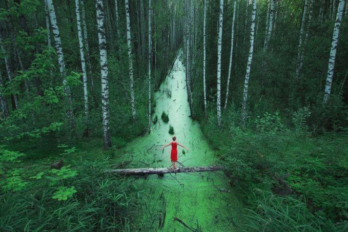 Penampakan seorang wanita bergaun merah di hutan yang besar dan tanpa akhir di Rusia.