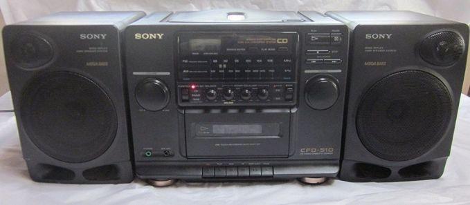 Sony CD Radio Cassette CFD-510 Sebenarnya nggak cuma merk dan seri ini aja sih yang diminati generasi 90an saat itu. Tapi jaman dulu kalau udah punya radio tape model kaya gini, udah gaul banget Pulsker. Apalagi saat dengerin radio dan kita bisa merekam lagu yang diputar dengan kaset pita. Duh..jadi kangen masa-masa itu deh!