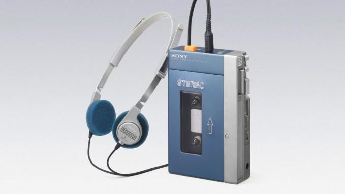 Walkman Jauh sebelum ada iPod, gadget inilah yang setia menemani anak gaul 90an. Selain bisa mendengarkan radio, dengan walkman kamu juga bisa mendengarkan musik band favorit di kaset pita.