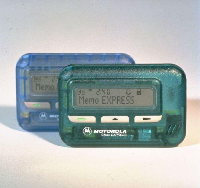 Pager Ini adalah alat telekomunikasinya anak gaul dan kaya tahun 90an Pulsker, namanya Pager, cara menggunakannya kamu harus menelepon operator untuk menyampaikan pesan yang akan diterima di pager. Semacam SMS tapi caranya lebih riweuh dan repot Pulsker.