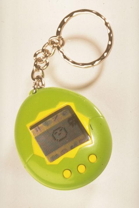 Tamagotchi Kalau kamu tahu game Pou dismartphone, ini lho permainan awalnya, namanya Tamagochi. Kamu bisa memelihara binatang virtual pada benda kecil ini. Punya Tamagochi jaman dulu udah gaul banget lho Pulsker.