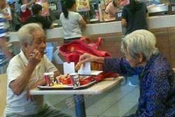 so sweet, kisah 2 orang tua sedang makan di KFC