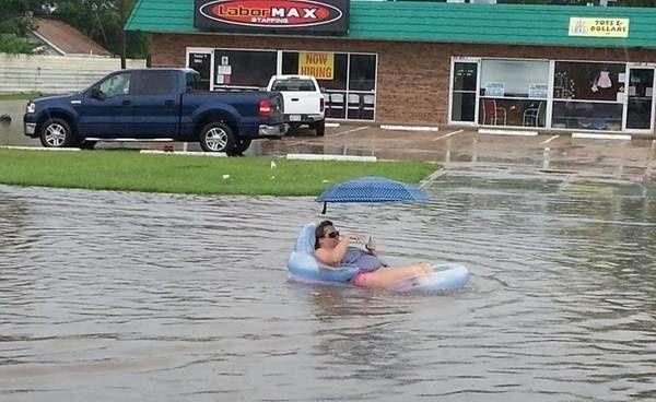Ini baru namanya menggunakan kesempatan dalam kesempitan Pulsker. Dalam keadaan banjir wanita ini malah membawa ban pelampung dan payung untuk bersantai..satu lagi, dia tidak lupa membawa kacamata.