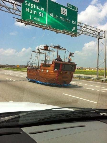 Yang lainnya berlayar dilautan, tapi pria ini lebih memilih berlayar dijalan raya. Antimainstream banget kan Pulsker..