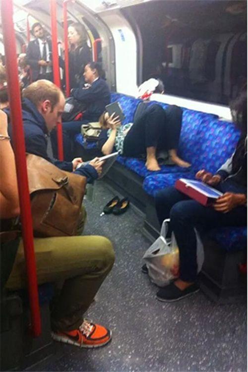 Wah..lagi dikendaraan umum, tapi wanita ini sepertinya menganggap Subway ini sebagai rumah sendiri, soalnya dia enak banget tiduran sambil membaca gadget tanpa peduli dengan kenyamanan orang lain.
