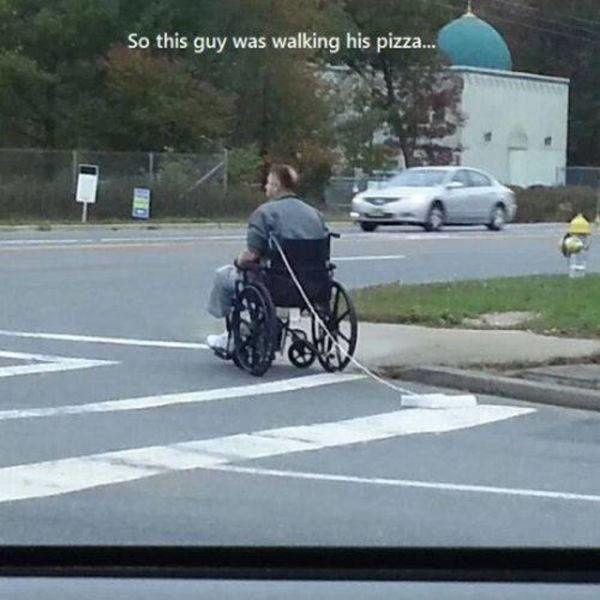 Orang ini memang menggunakan kursi roda, tapi anehnya dia menyeret kardus pizza dan diikat pada kursi rodanya. Pertanyaannya, kenapa kok nggak dipangku aja sih pizzanya??