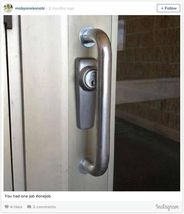 Biasanya letak kunci pada sebuah pintiu berada diluar. Nah ini kenapa kucinya ada ditengah gini ya??